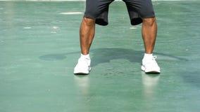 Die Hände eines Mannschlagbasketballs auf einer grünen Hintergrundrechten hand am BangYai-Park, Nonthaburi in Thailand 2. Juni 20 stock video footage