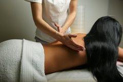 die Hände eines Masseurs Massage tun die hintere Nahaufnahme stockfoto