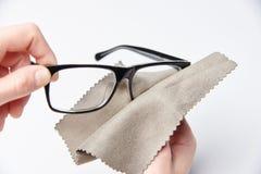 Die Hände reiben die Gläser lizenzfreie stockbilder