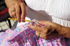 Die Hände und die Häkelarbeit der Frau lizenzfreie stockfotos