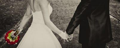 Die Hände von gerade geheiratet Stockfotografie