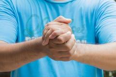 Die Hände von Männern von mittlerem Alter verschmolzen symbolische Darstellung der Stärke Stockfotografie
