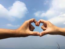 Die Hände von zwei Leuten zusammen im Herzen lizenzfreies stockfoto