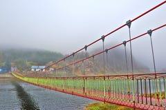 Die Hängebrücke des Morgennebels Lizenzfreie Stockfotos
