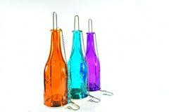 Die Hängeleuchte, die von hergestellt wurde, färbte eine Glasflasche Weiß lokalisierter Hintergrund Lizenzfreies Stockfoto
