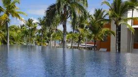 Die Häuser auf dem Strand unter Palmen stock footage