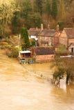 Die Häuser, die als Fluss Severn überschwemmt werden, sprengt seine Banken Stockbilder