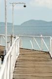Die hölzerne Brücke im Meer Stockbild