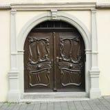Die hölzerne geschnitzte Tür Stockfotografie