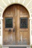 Die hölzerne Haustür des Weinlesegelb-Designs eines alten Hauses Stockfotos