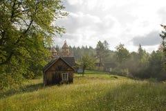 Die hölzerne Kirche auf dem Gebirgspass am frühen Morgen des Sommers Stockfotos