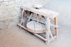 Die hölzerne Maschine für Produktion von keramischen Töpfen stockbild