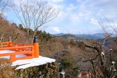 Die hölzerne rote Terrasse im Winter Lizenzfreie Stockfotos