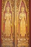 Die hölzerne schnitzende Tür des siamesischen Tempels Stockfotos