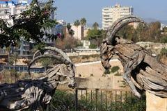 Die hölzerne Skulptur von Ziegen in Mermerli-Park, Antalya die Türkei stockfotos