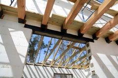 Die hölzerne Struktur des Gebäudes Installation von Holzbalken am Bau das Dachbindersystem des Hauses Lizenzfreie Stockfotos