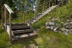 Die hölzerne Treppe auf der Steigung des Hügels lizenzfreie stockfotografie