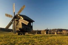 Die hölzerne Windmühle auf dem Gebiet Stockfotografie