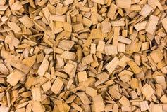 Die hölzernen Chips, die für rauchenden Rauch gerieben werden, gibt Duft viele Stücke Licht beige Hintergrund natürliche rustikal lizenzfreie stockfotografie