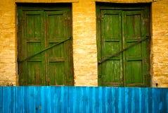 Die hölzernen Fenster des alten Weinleseabschlusses Stockfoto
