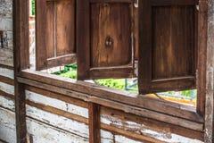 Die hölzernen Fenster im Holzhaus stockfotos