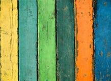 Die hölzernen Planken, die mit Farbe gemalt wurden, knackten durch einen rustikalen Hintergrund Lizenzfreie Stockbilder
