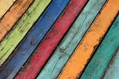 Die hölzernen Planken, die mit Farbe gemalt wurden, knackten durch einen rustikalen Hintergrund Lizenzfreie Stockfotos