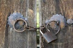 Die hölzernen Tore, die auf ein Eisen zugeschlossen werden, padlock mit Kette im bulgarischen Dorf Stockbild