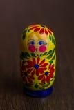 Die hölzernen Zahlen traditionellen Satzes Matryoshka, die Puppe babooshka nisten, spielt Lizenzfreie Stockfotografie