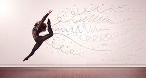 Die hübsche Frau, die mit Hand gezeichneten Linien springen und die Pfeile kommen heraus Stockfotografie