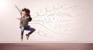 Die hübsche Frau, die mit Hand gezeichneten Linien springen und die Pfeile kommen heraus Lizenzfreies Stockbild