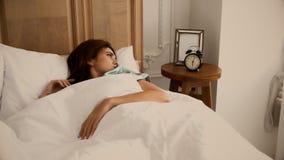 Die hübsche Frau wachen am Morgen spät auf Stockbilder