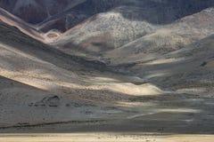 Die Hügel des Berghangs beleuchteten Strahlen des aufgehende Sonne und wechselten die dunklen und hellen Streifen, ein natürliche Lizenzfreie Stockbilder