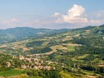 Die Hügel von OltrepÃ-² Pavese; das kleine Dorf von Caminata im Vordergrund lizenzfreies stockbild