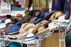 Die Hüte der Andenkenfrauen in Venedig Lizenzfreies Stockfoto