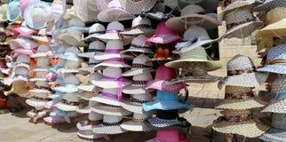 Die Hüte der Frauen für Sonnenschutz lizenzfreie stockfotografie