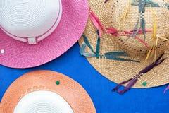 Die Hüte der Sommerfrauen stockbild