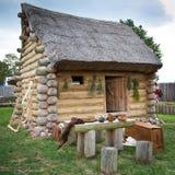 Die Hütte des kleinen Kräuterkenners mit Strohdach Lizenzfreie Stockfotos