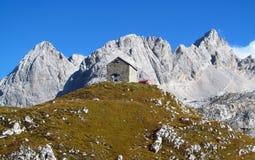 Die Hütte, refugio, bivaccoTiziano in den Alpenbergen, Marmarole Lizenzfreie Stockfotografie