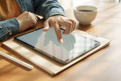 Die H?nde der Asiatin benutzen Tablette auf Holztisch lizenzfreies stockbild