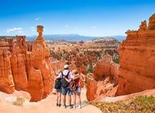 Familie auf dem Sommer Reise in Utah wandernd stockfoto