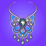 Die Halskette der Frau von Edelsteinen auf einem purpurroten Hintergrund Stockbilder