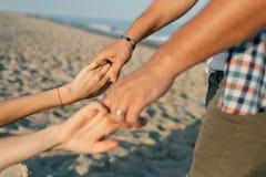Die haltenen Hände vor dem hintergrund des Meeres Stockbilder