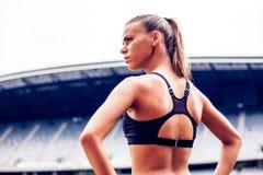 Die Haltung des Athleten, blonde Eignungs-Frau auf Stadion Lizenzfreies Stockfoto