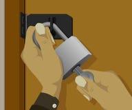 Die Hand öffnet das Vorhängeschloß auf der Tür Lizenzfreie Stockfotos