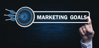 Die Hand, die auf Marketing-Zielen sich berührt, simsen mit einem Zielpfeil lizenzfreies stockbild