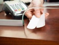 Die Hand der Arbeitskraft, die Karten in der Kasse hält Lizenzfreies Stockfoto