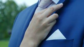 Die Hand der Braut bewegt Jacke stock video footage