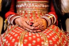 Die Hand der Braut mit Hennastrauch und Armbändern, Punjabihochzeit Stockfotografie