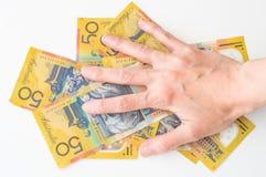 Die Hand der Frau auf australischem Dollar Lizenzfreie Stockfotografie